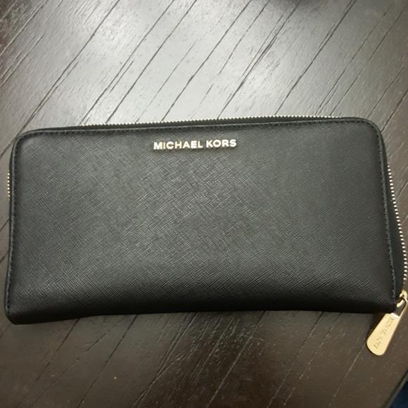 b5681fefbfc5 Michael kors large wallet. M 5aa20a891dffda5846993b92